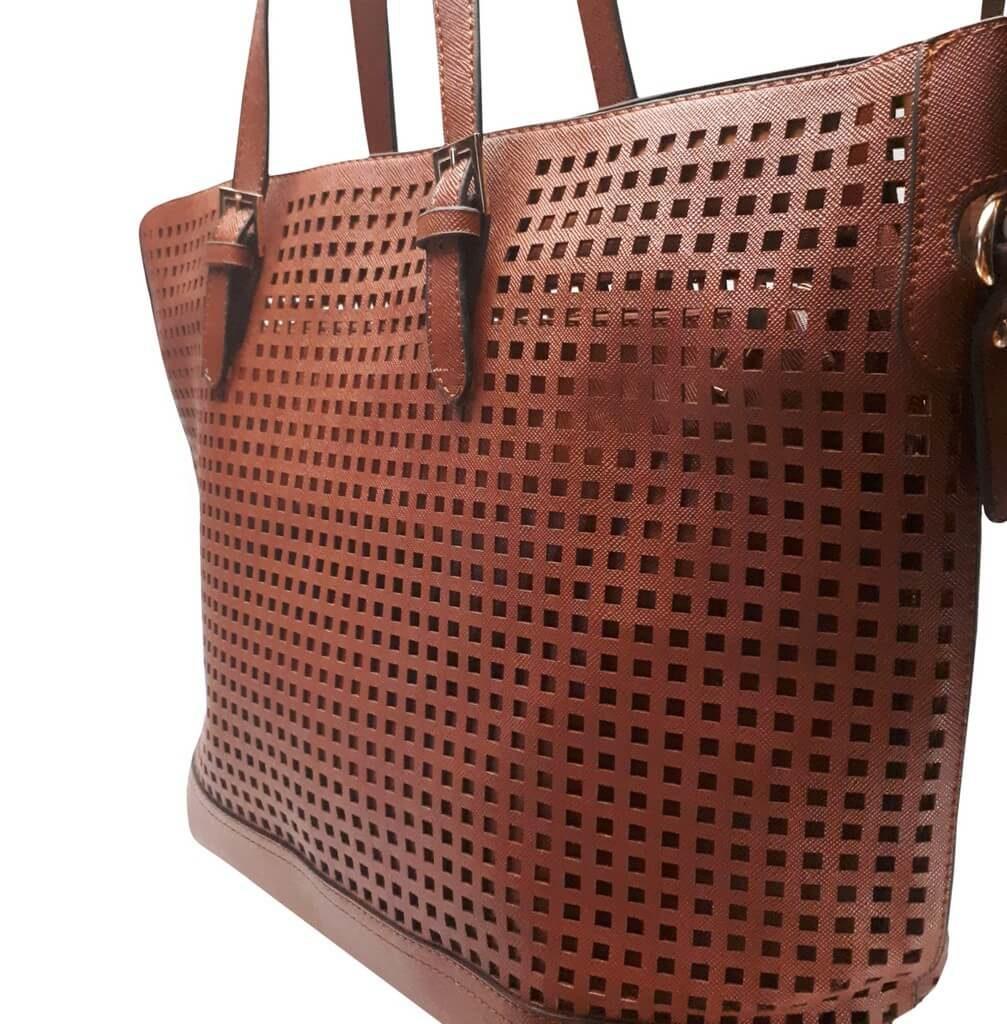 Perforovaná kabelka přes rameno Tapple 3093 středně hnědá detail kabelky